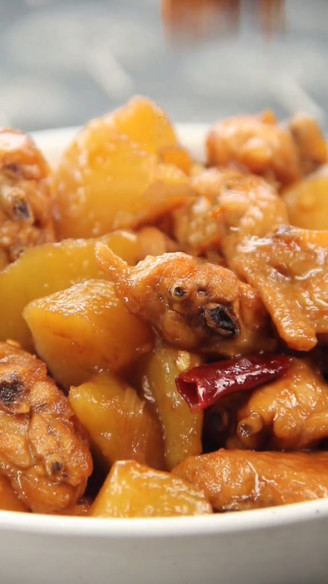土豆焖鸡翅的做法