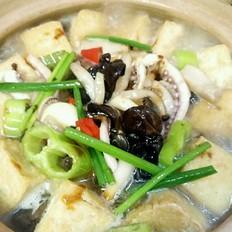 鱿鱼豆腐菌菇煲