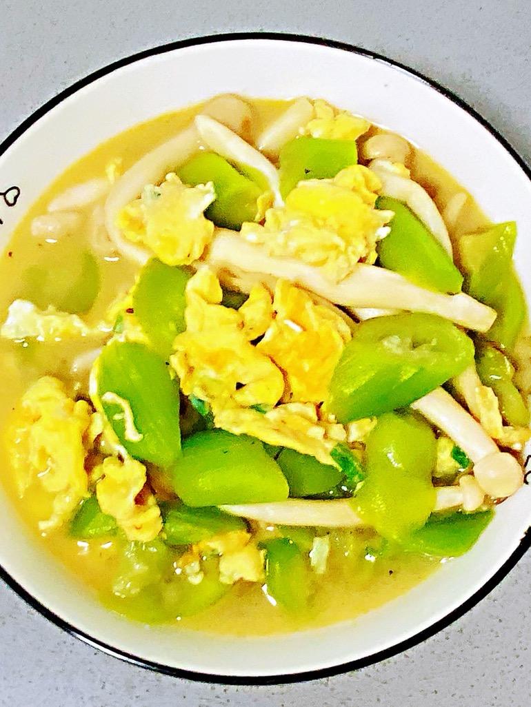 鸡蛋白玉菇焖丝瓜,清淡又鲜香,简单却营养~