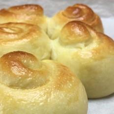 超柔软淡奶油面包,松软可口,奶香味十足。