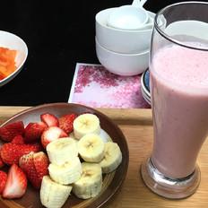 草莓香蕉酸奶奶昔,酸奶配上美味的水果,颜值直线飙升。