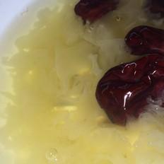 冰糖银耳莲子红枣汤