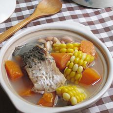 胡萝卜玉米花生鲫鱼汤