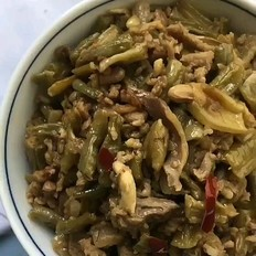 鸡杂炒酸豇豆