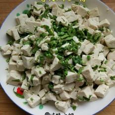 香椿芽拌豆腐。