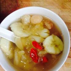 香蕉莲子百合桂圆枸杞银耳汤