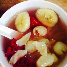 香蕉火龙果莲子百合桂圆银耳汤