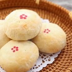 玫瑰花不只可以泡茶哟,做成玫瑰鲜花饼,层层酥皮香甜内馅超好吃
