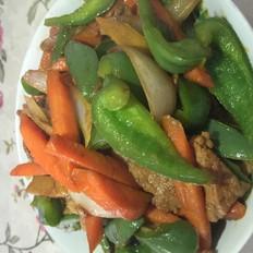 红萝卜洋葱菜椒炒瘦肉