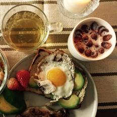 沙巴鱼牛油果鸡蛋吐司➕牛油果草莓吐司碎沙拉➕牛奶麦片