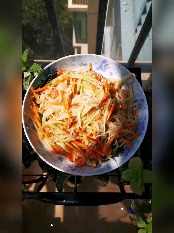 胡萝卜黄瓜拌面