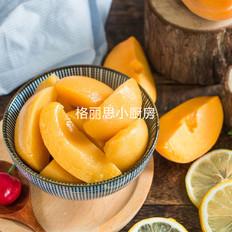 满满金黄的黄桃罐头
