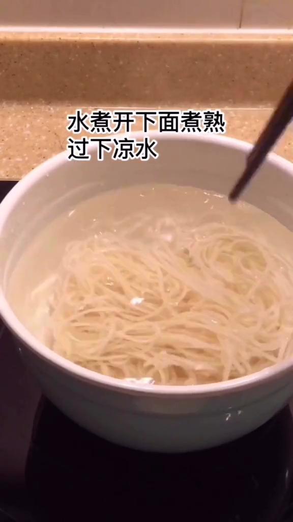 销魂酸汤面怎么吃