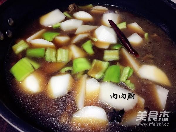 萝卜牛腩煲肉肉厨的制作