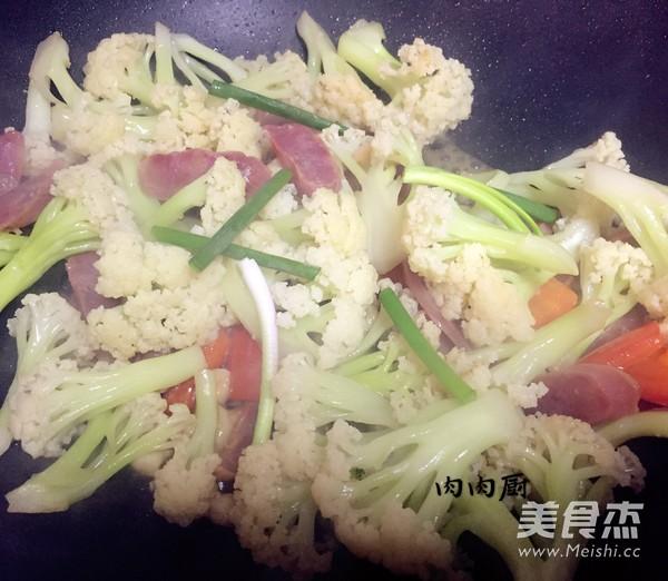 腊肠炒花菜成品图