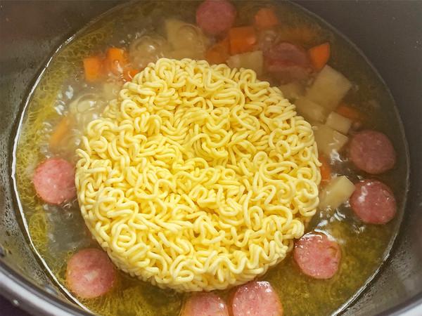 咖喱牛肉肠辛拉面的简单做法