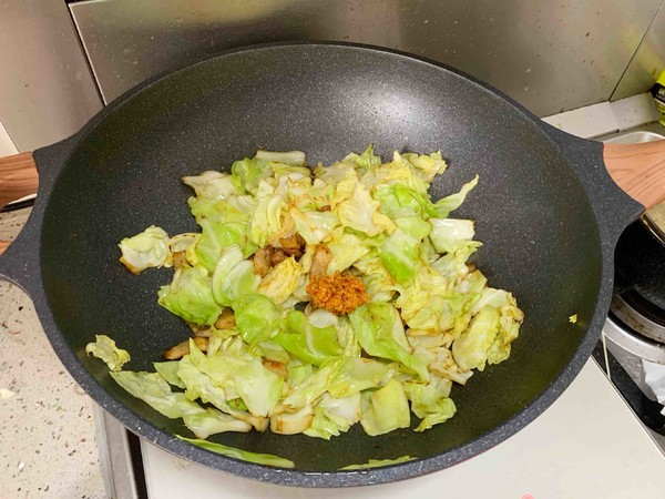 油腐乳包菜炒肉的简单做法