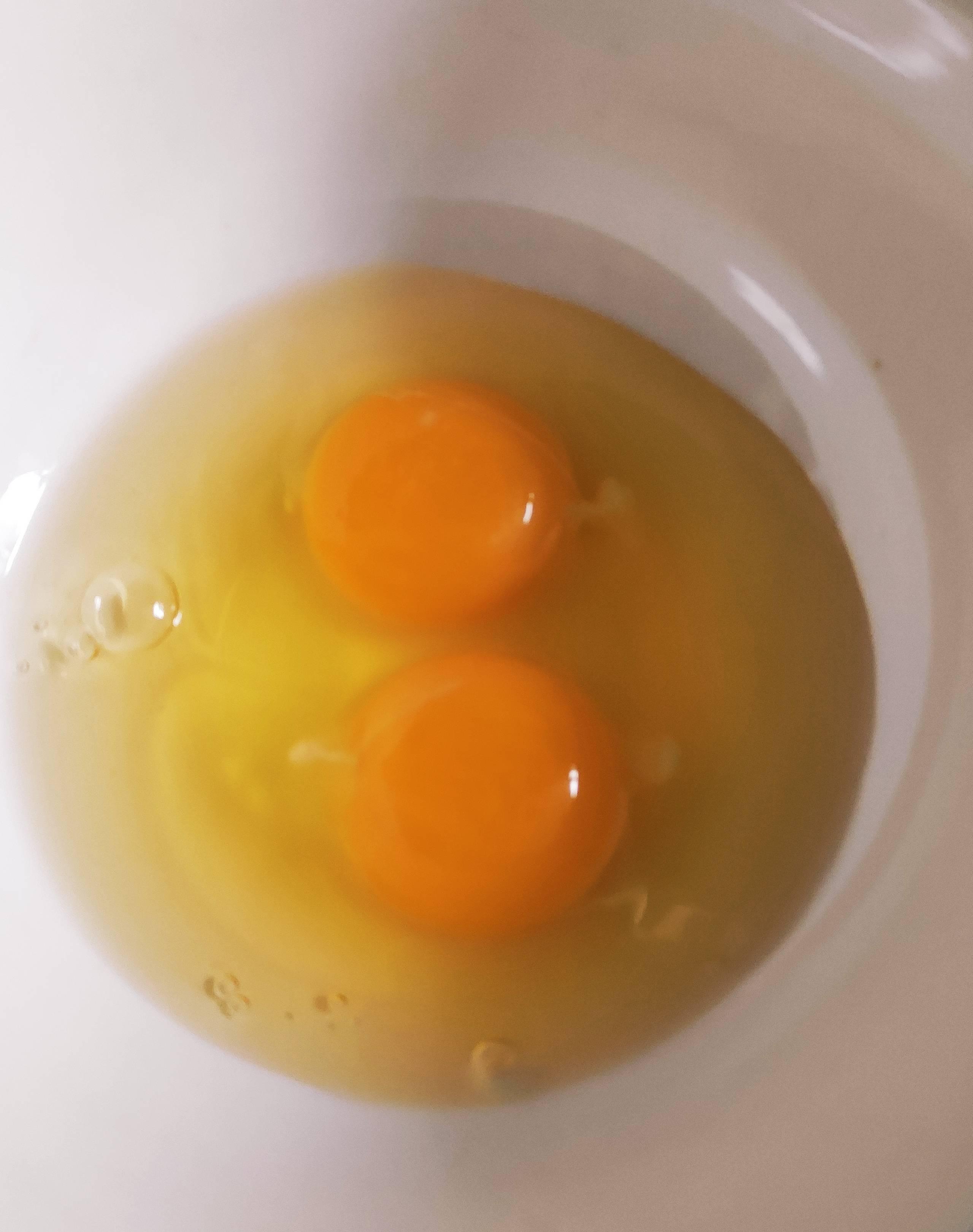 香椿炒鸡蛋,香椿要提前焯水后再炒鸡蛋味道更好怎么吃
