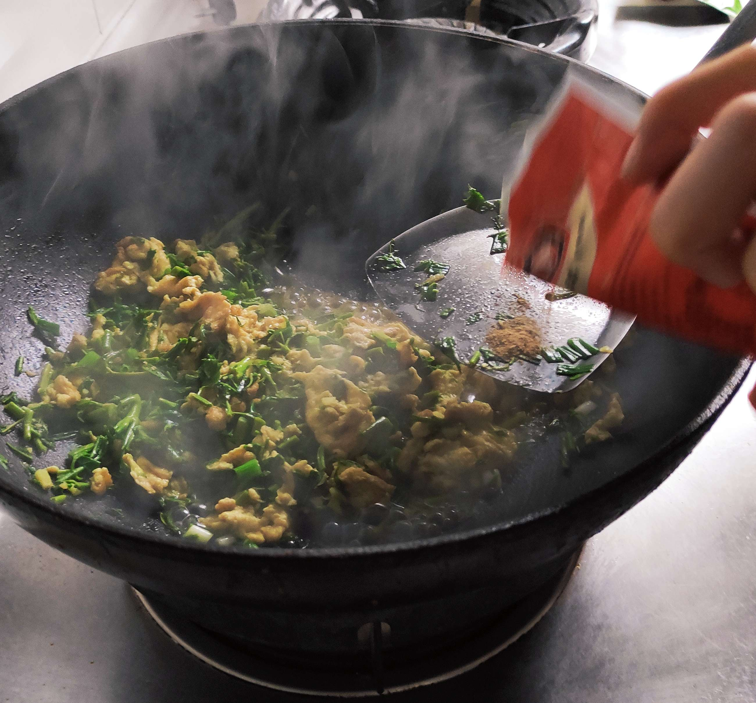 香椿炒鸡蛋,香椿要提前焯水后再炒鸡蛋味道更好怎样做