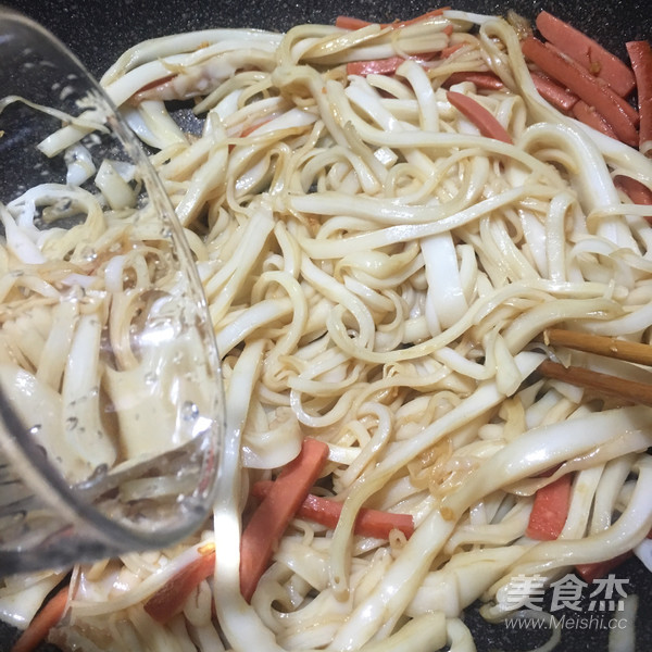 火腿肠炒河粉怎么煮
