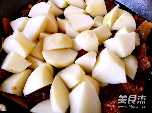 土豆炖牛腩怎么煸