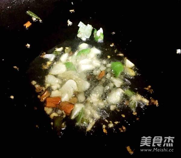 辣白菜炒虾仁的简单做法