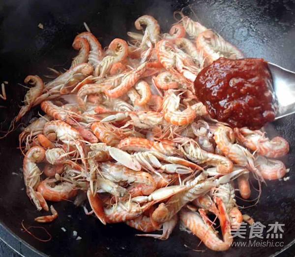 蒜蓉辣酱爆嘎嘣虾怎么吃