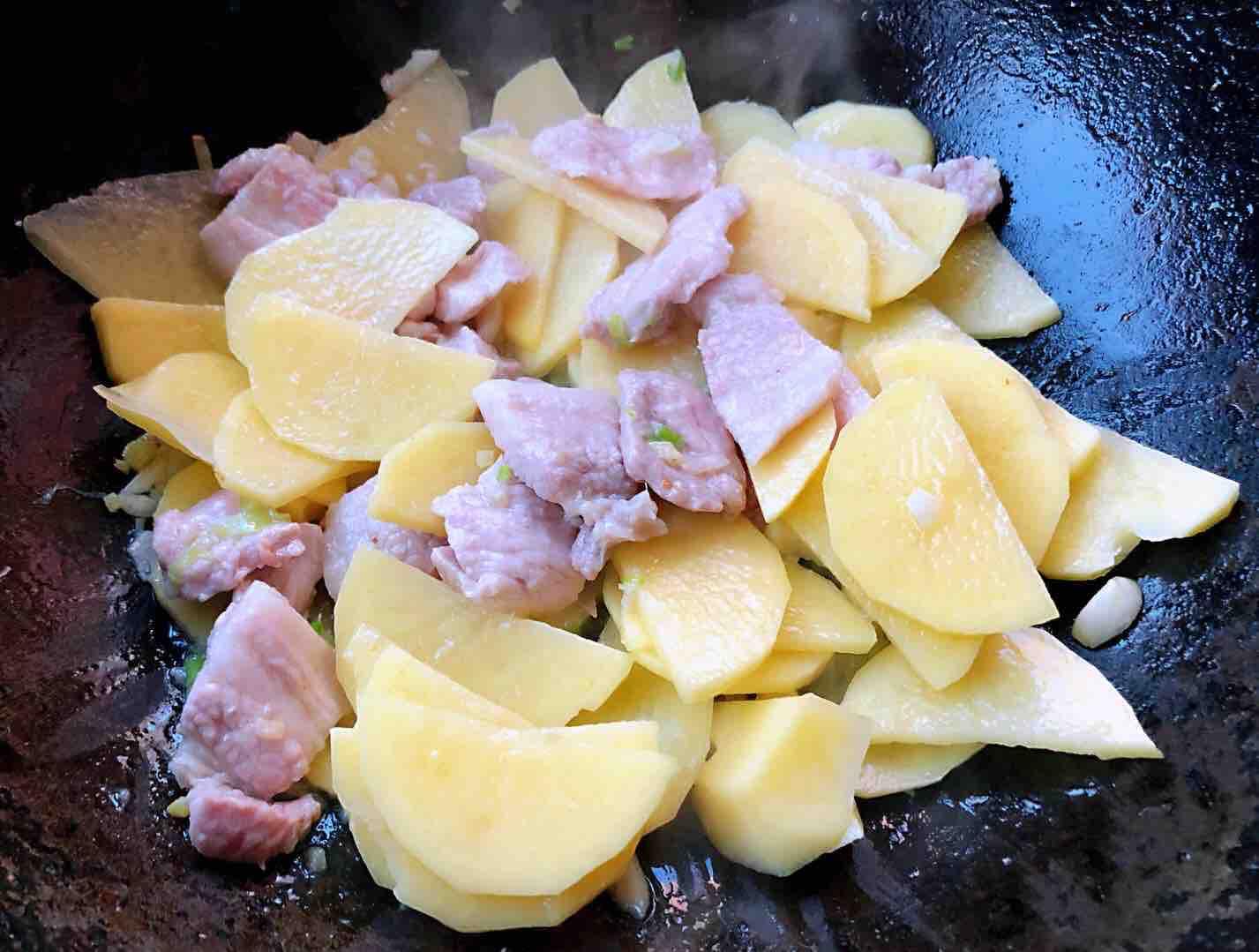 五花肉辣白菜炒土豆片怎么炒