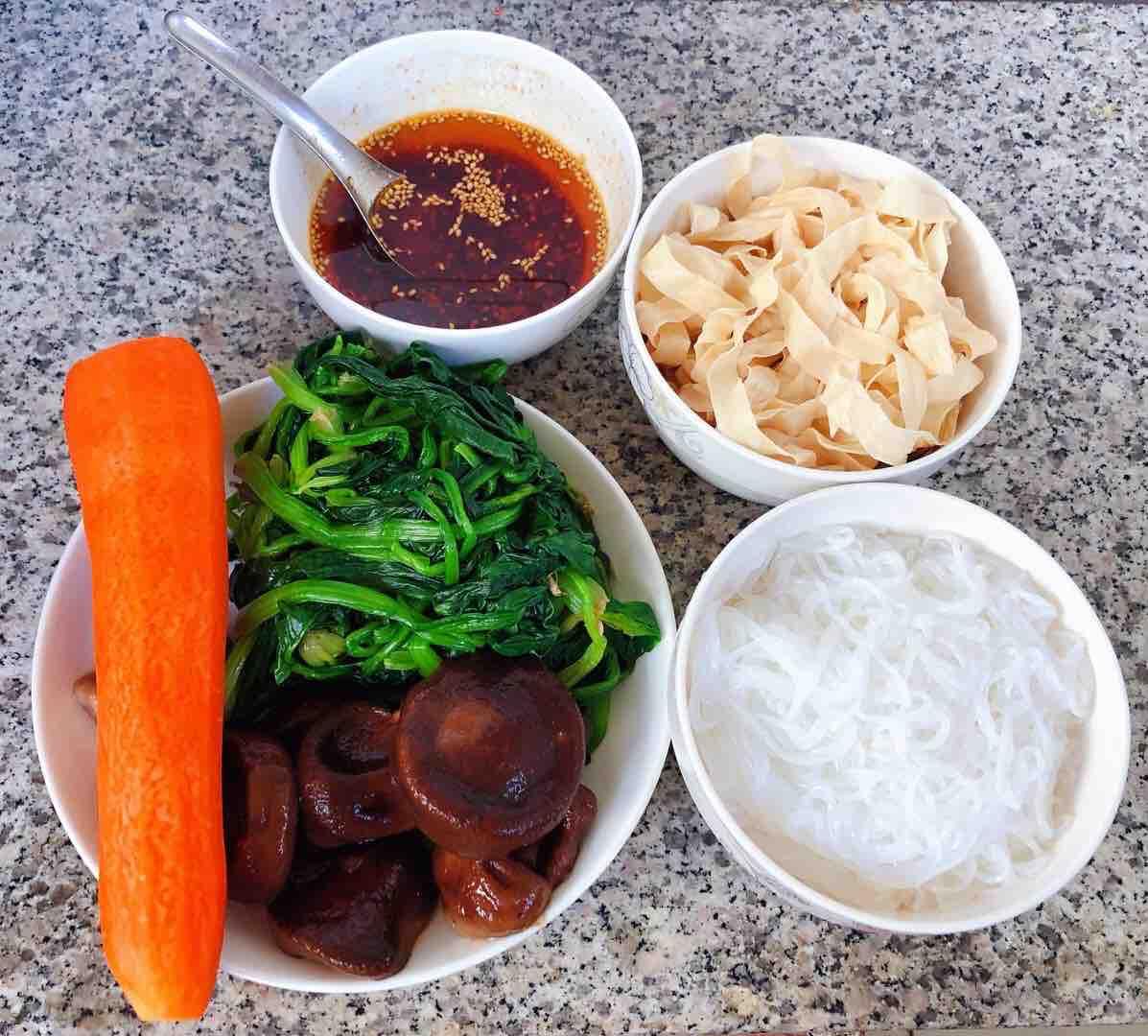 凉拌菠菜粉丝豆皮的家常做法