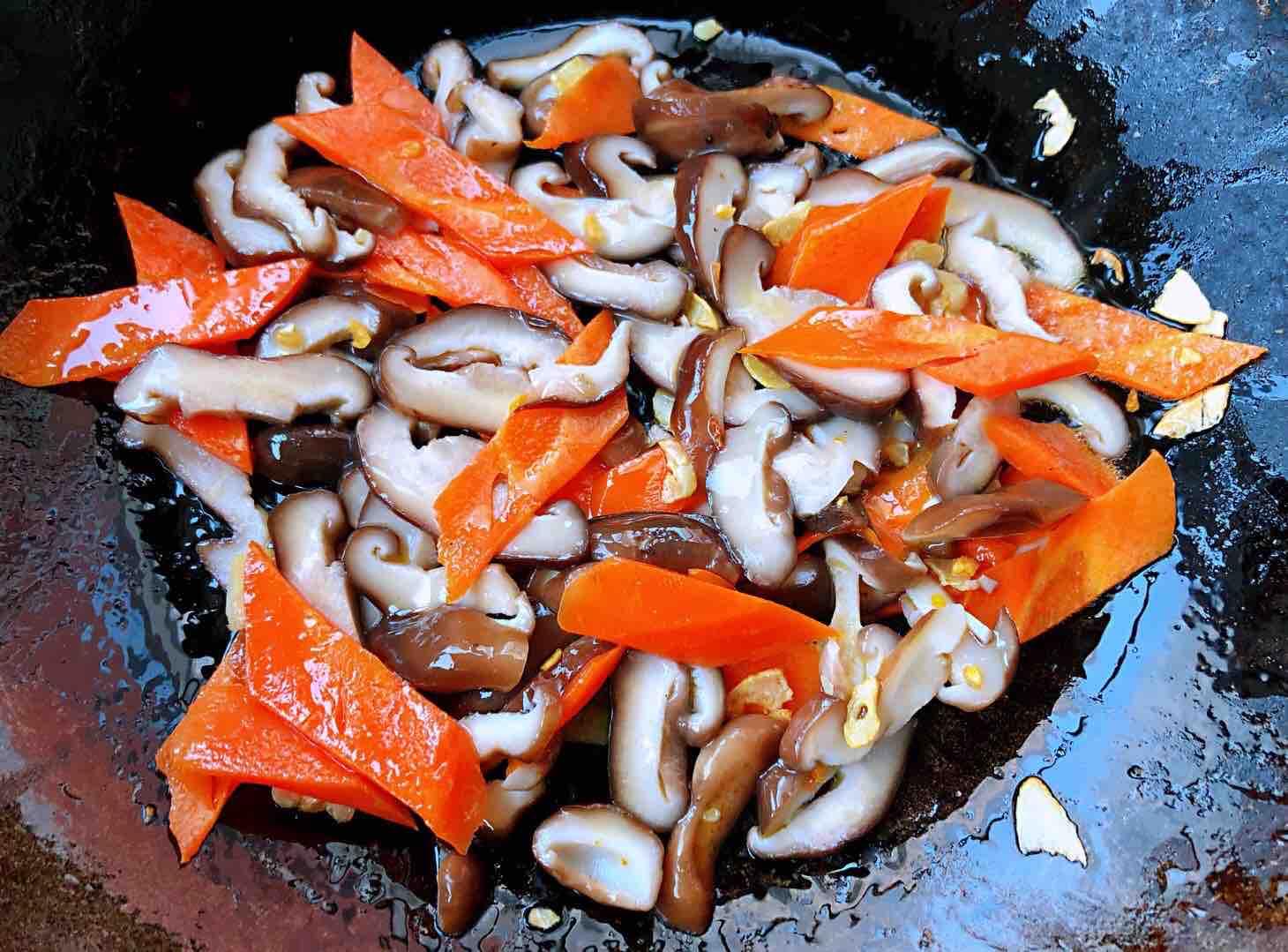 茼蒿炒鸡蛋香菇胡萝卜怎么煮