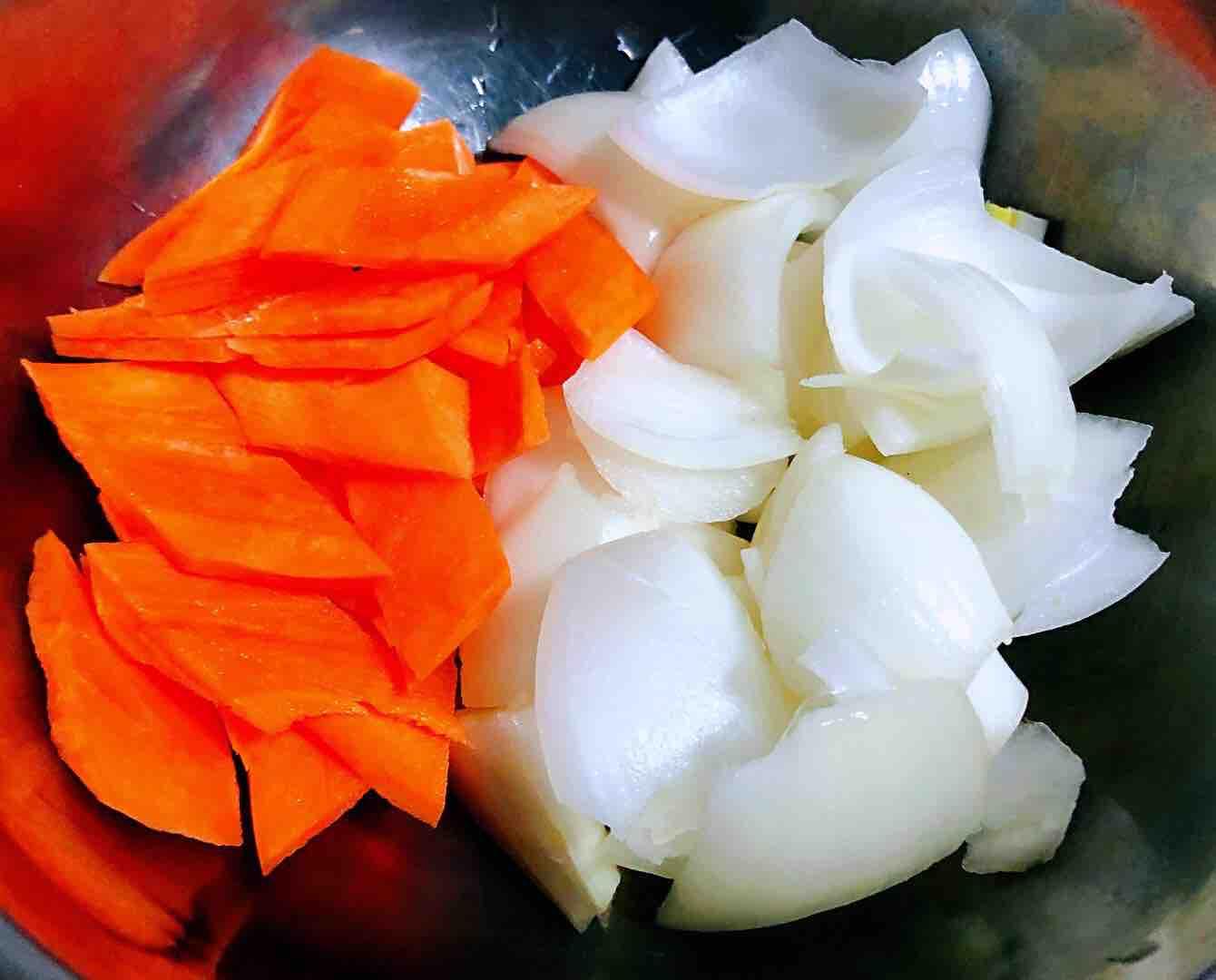洋葱香菇胡萝卜炒土豆片的简单做法