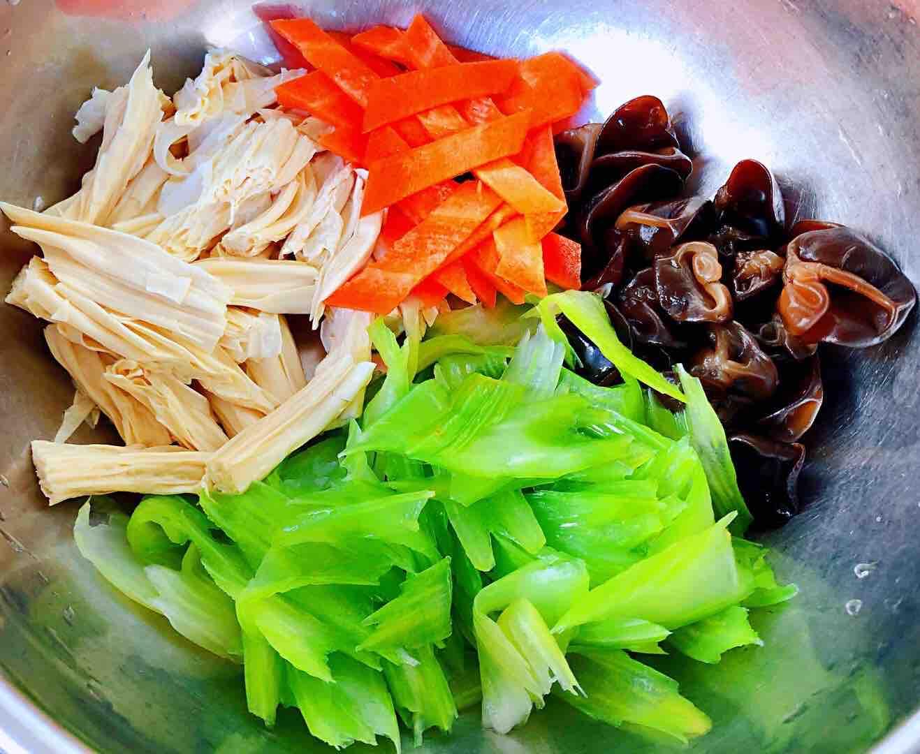 芹菜胡萝卜木耳拌腐竹怎么炒