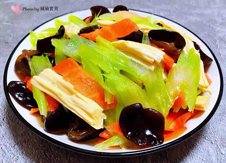 芹菜胡萝卜木耳拌腐竹怎么煸