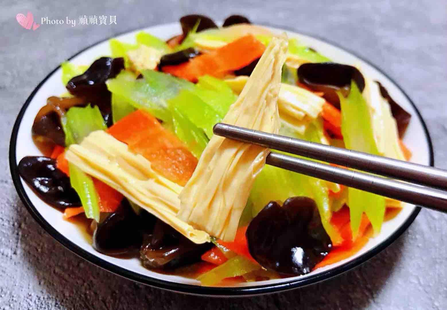 芹菜胡萝卜木耳拌腐竹怎样煸