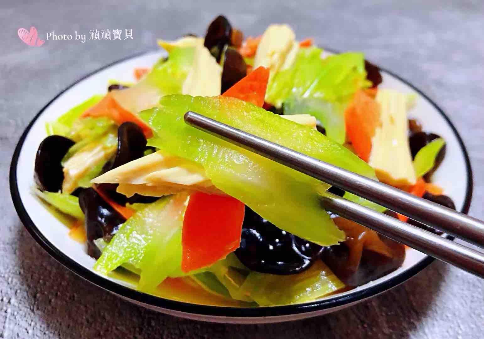 芹菜胡萝卜木耳拌腐竹怎样煮