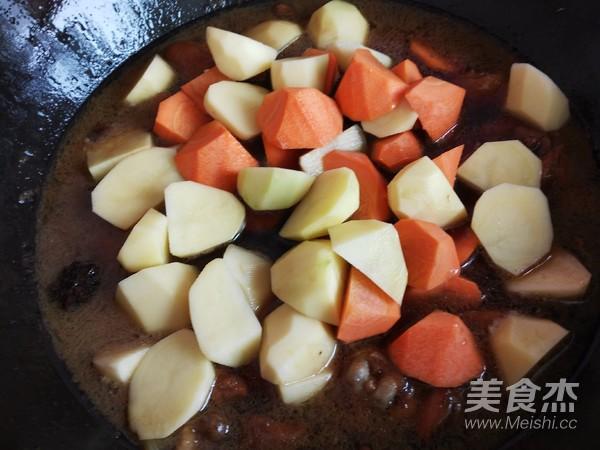 土豆胡萝卜焖鸡块怎样煸