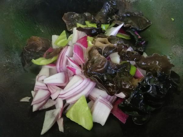 洋葱木耳炒尖椒的简单做法
