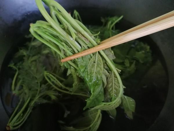 辣椒油拌香椿的家常做法