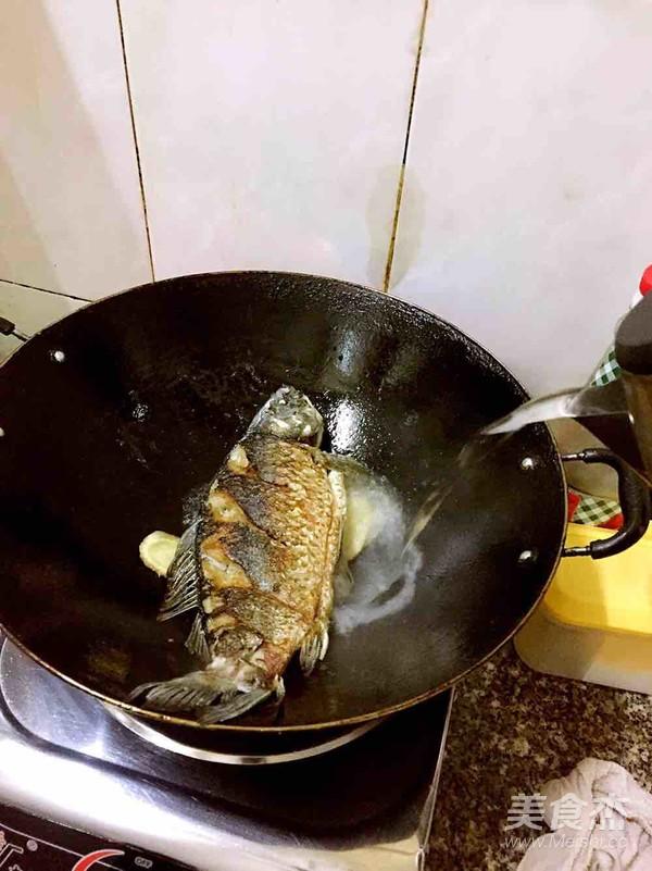 白萝卜鲫鱼汤的家常做法
