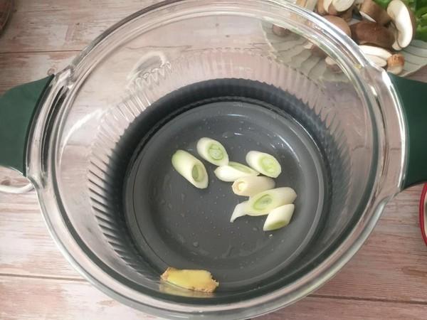 香菇椰子焖鸡腿,香菇椰子焖鸡腿的家常做法