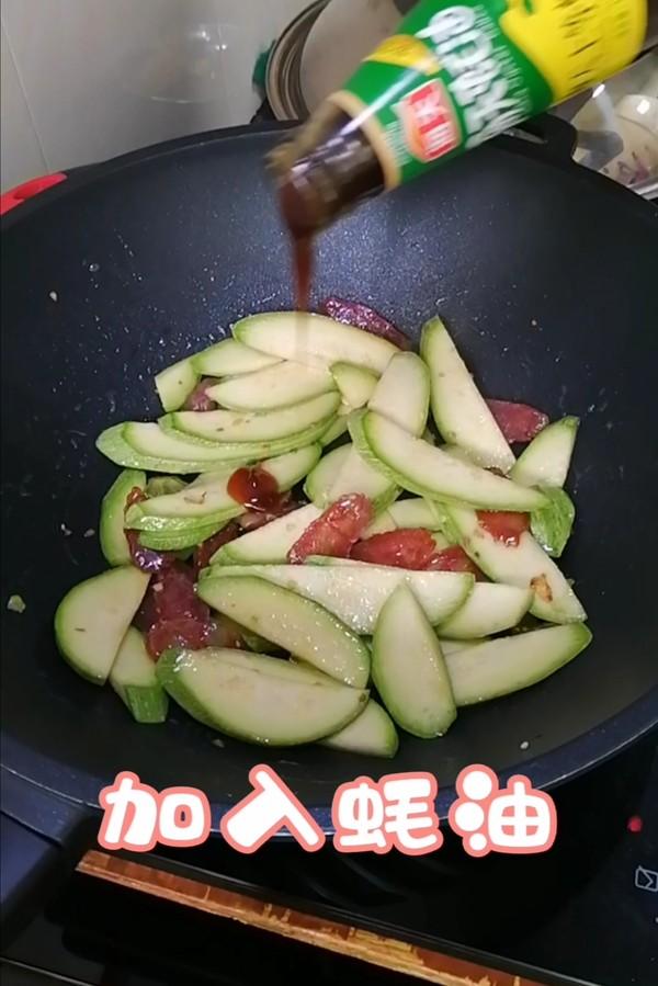 简简单单也不失美味~~西葫芦炒腊肠的制作