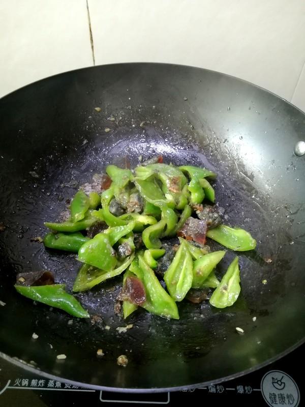 皮蛋炒青椒的步骤