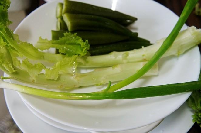 秋葵炒生菜颈的步骤