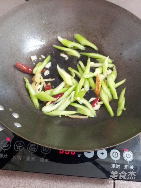 西芹炒肉的家常做法