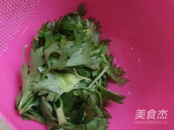芹菜叶拌面的家常做法