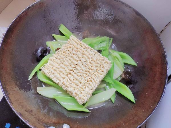 芹菜木耳炒面的简单做法