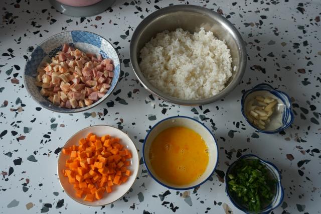 芝士鲜肉肠炒饭的步骤