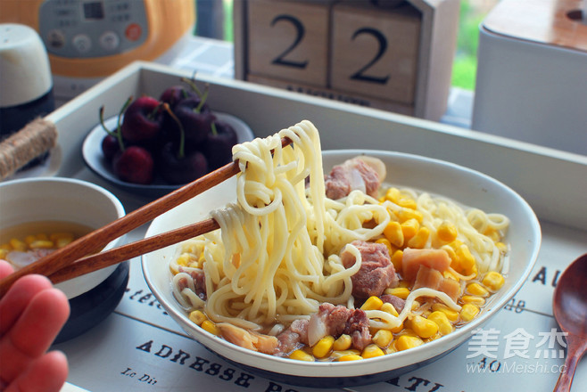 玉米骨汤面成品图