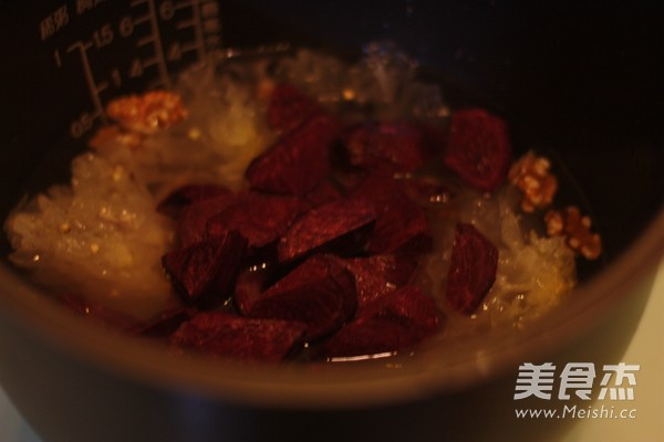 核桃紫薯银耳粥的步骤
