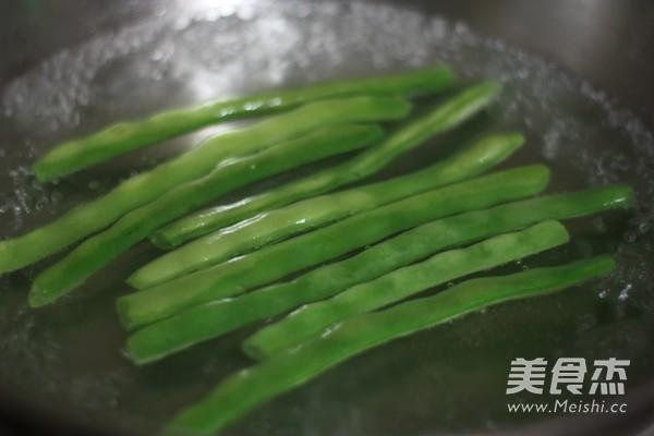 核桃虾仁炒丁的简单做法